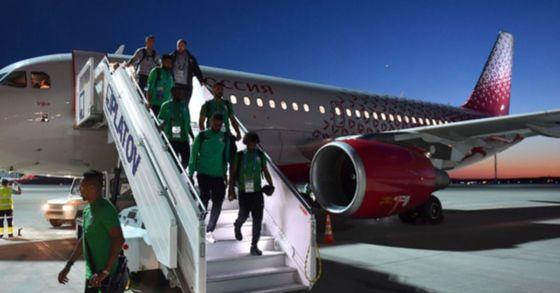 러시아 월드컵 본선에 출전한 사우디아라비아 대표팀 선수단이 탄 항공기의 엔진에 불이 났다. 엔진부에 새가 빨려 들어가면서 발생한 사고로 선수단 안전에는 이상이 없었다. [사진 사우디팀 공식 트위터]