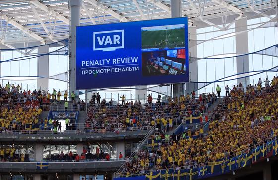 18일 러시아 니즈니노브고로드 스타디움에서 열린 2018 러시아 월드컵 F조 한국-스웨덴 경기 전광판에 비디오판독시스템(VAR) 안내문구가 나타나고 있다. [연합뉴스]