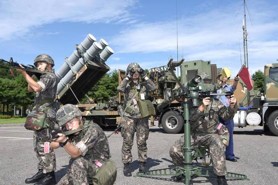 지난해 8월 해군 1함대 811기지가 25일 을지프리덤가디언(UFG) 연습의 하나로 강원 동해시와 양양군 일원에서 유도탄 이동 발사장 전개 훈련을 하고 있다. 한미 국방부는 19일 올해 UFG 연습의 유예를 발표했다. [연합뉴스]