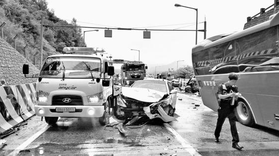 지난 2016년 7월 4명이 숨지고 38명이 다친 영동고속도로 봉평 터널 5중 추돌 사고 현장 [중앙포토]