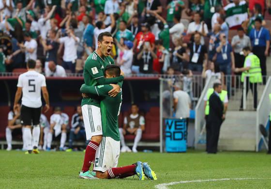 지난 17일 월드컵 F조 예선 1차전에서 독일을 1-0으로 꺾은 뒤 동료인 우고 아얄라와 기쁨을 나누고 있는 라파엘 마르케스. [연합뉴스]