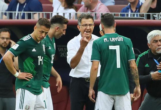 17일(현지시간) 모스크바 루즈니키 스타디움에서 열린 2018 러시아월드컵 F조 독일-멕시코 경기에서 멕시코 후안 카를로스 오소리오 감독이 1대0으로 앞선 가운데 작전을 지시하고 있다.[연합뉴스]