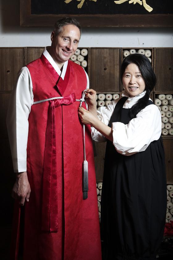 휘슬러 글로벌 CEO 알레산더 셀치(왼쪽)에게 한복을 선물하고 있는 이효재씨. [김경록 기자]