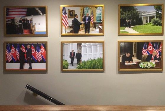 백악관 웨스트윙 벽면에 트럼프 미국 대통령과 김정은 북한 국무위원장의 사진이 걸려있다. [사진 마이클 벤더 트위터]