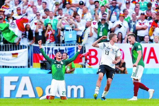 멕시코가 F조 조별리그 1차전에서 전 대회 우승팀 독일에 1-0 승리를 확장하자, 멕시코 에드손 알바레즈(왼쪽)가 환호하고 있다. 허탈해하는 독일 토마스 뮐러(가운데)와는 대조적이다. [로이터=연합뉴스]