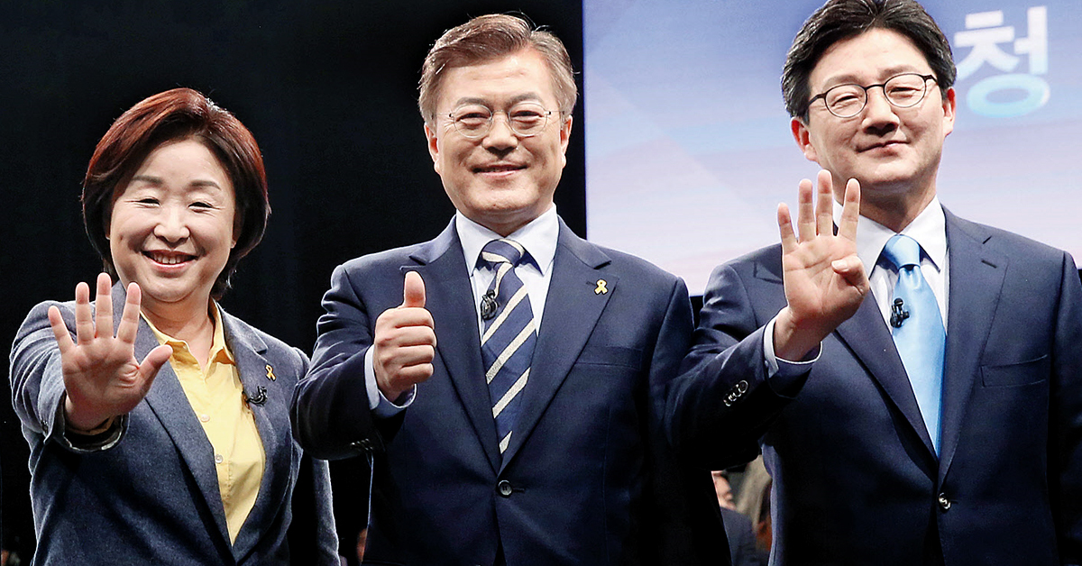 지난해 4월 25일 JTBC 주최 TV토론회에 앞서 정의당 심상정 후보, 더불어민주당 문재인 후보, 바른정당 유승민 후보가 자신의 기호를 손가락 수로 내보이고 있다. [국회사진기자단]