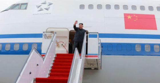 지난 11일 김정은 북한 국무위원장이 싱가포르 방문을 위해 중국에서 마련해준 전용기에 오르는 모습. [연합뉴스]
