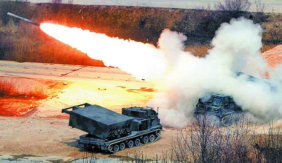 지난해 한·미 연합 통합화력격멸훈련에서 다연장 로켓포(MLRS)가 화력 시범을 보이고 있다. [뉴시스]