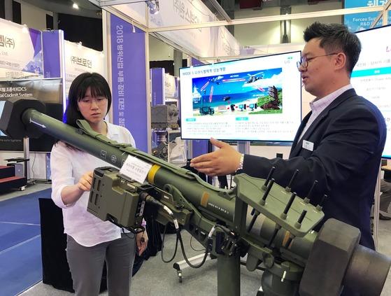 LIG넥스원은 19일 대전컨벤션센터에서 진행 중인 '2018 대한민국 방산부품·장비대전 및 첨단국방산업전'에서 최신형 피아식별장비 '모드5'를 장착한 지대공 유도탄 발사기 '신궁'을 공개했다. 모드5는 항공기·함정·탱크 등과 전파로 통신해 국가 번호, 고유 식별 번호 등에 대해 질문한 뒤 돌아오는 응답을 보고 적군·아군 여부를 식별한다. [사진 LIG넥스원]
