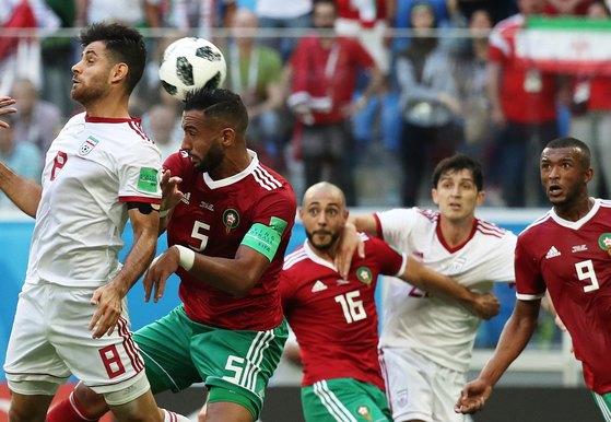 15일 러시아 상트페테르부르크 스타디움에서 열린 2018 국제축구연맹 러시아월드컵 B조 1차전 모로코와 이란의 경기에서 양팀 선수들이 공중볼을 다투고 있다. [뉴스1]