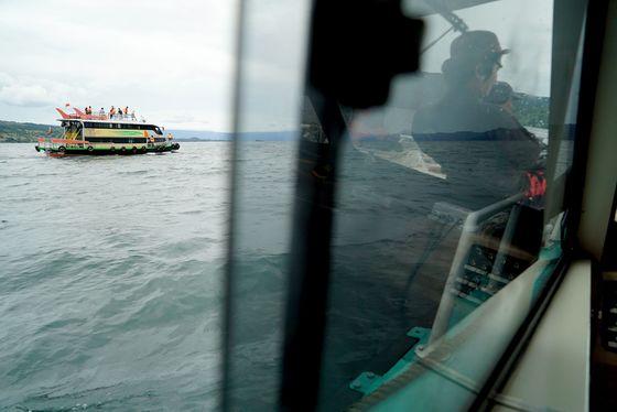 2018년 6월 19일 여객선 침몰 사고가 발생한 인도네시아 북 수마트라 주 토바 호수에서 구조대원들이 수색 작업을 벌이고 있다. [AFP=연합뉴스]
