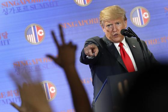 도널드 트럼프 미국 대통령이 지난 12일 싱가포르 카펠라 호텔에서 가진 기자회견에서 질문할 기자를 지정하고 있다. [사진= AP 연합]