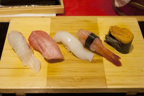스시아메의 초밥. 노량진 수산시장에서 하루에 두번씩 신선한 재료를 받아 스시를 만든다.