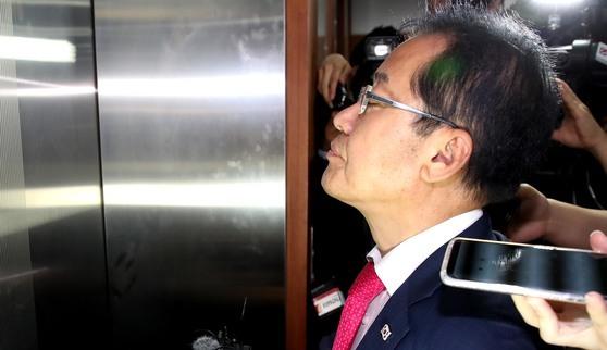 6·13 선거에 대한 책임을 지고 당대표직을 내놓은 홍준표 전 자유한국당 대표. 사진은 지난 14일 사퇴 기자회견을 마친 뒤 홍 대표가 여의도 당사를 떠나고 있는 모습. [중앙포토]