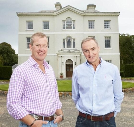 아이버 마운트배튼 경(왼쪽)과 그의 연인 제임스 코일이 2016년 영국 데일리메일에 공개한 사진. [데일리메일 홈페이지]
