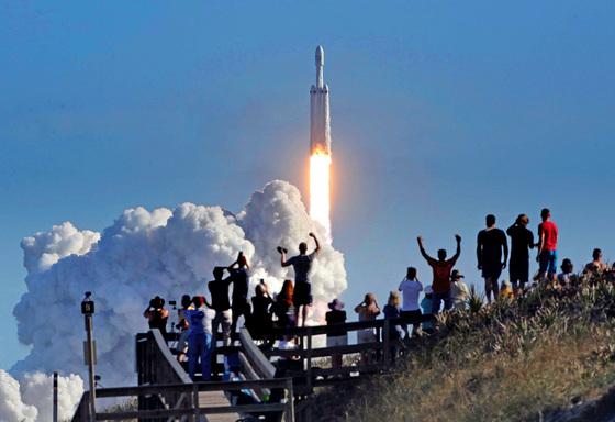 지난 2월 6일(현지시간) 미국 플로리다주 케네디 우주센터에서 민간 우주탐사기업 스페이스X가 제작한 초중량 팰컨헤비 로켓이 발사되는 순간 지켜보던 이들이 환호하고 있다. [AP=연합뉴스]