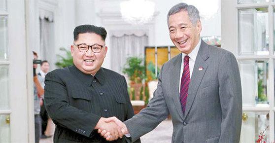 북·미 정상회담을 이틀 앞둔 10일 김정은 북한 국무위원장이 리셴룽 싱가포르 총리와 만나고 있다. [AFP=연합뉴스]