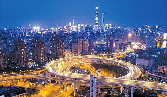 덩샤오핑이 주도한 중국 개혁·개방 정책의 성공을 상징하는 상하이 시의 야경. [AFP=연합뉴스]