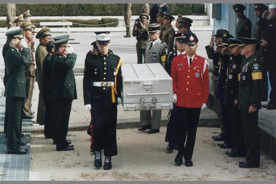 1997년 판문점에서 열린 미군 유해 송환 행사. 한국전쟁 당시 북한 지역에서 전사한 미군 유해 1구가 판문점을 통해 하와이에 있는 미국 신원확인소로 보내졌다. [중앙포토]