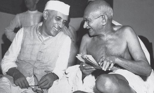 인도 건국의 아버지로 불리는 마하트마 간디(오른쪽)와 인도 초대 총리 자와할랄 네루. [중앙포토]