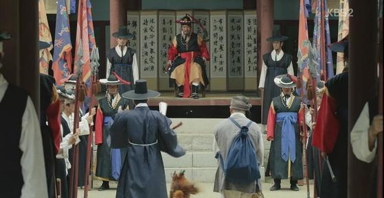 과거에는 마을에 억울한 일이 생겼을 때 원님이 재판했다. 원님한테 고하면 나쁜 일을 한 사람을 데려다 벌을 주기도 하고 쌀로 갚으라고 하기도 했다. [사진 KBS2 드라마 장사의 신 캡쳐]