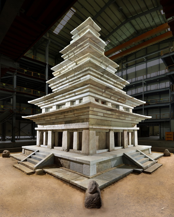 20년에 걸친 수리를 마치고 20일 마침내 모습을 드러낸 전북 익산 미륵사지 석탑. [사진 문화재청]