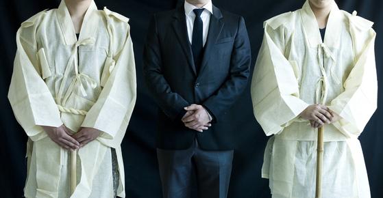 요즘 한국의 장례 문화에는 우리 고유의 전통과 서양식이 뒤섞여 있다. 상복이 대표적이다. 일제 강점기와 근대화를 거치며 일부 변질된 것도 있다. [중앙포토]
