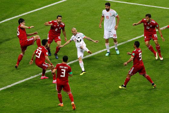 21일 열린 러시아 월드컵 B조 조별리그 2차전에서 스페인의 다비드 실바(가운데)가 차는 슈팅에 이란 수비진 5명이 달라붙었다. [로이터=연합뉴스]