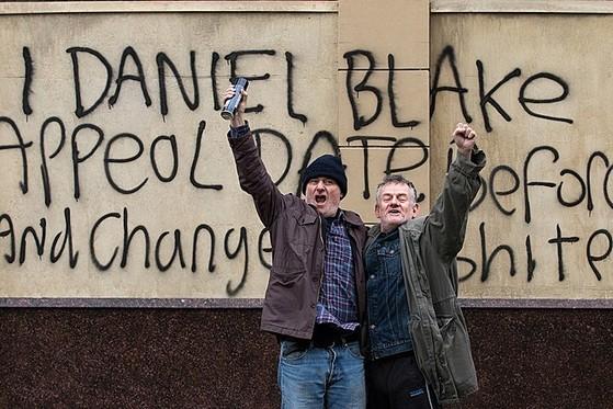 자신의 권리를 포기하고 센터의 벽면에 글을 쓴 다니엘. 지나가던 사람이 다니엘에게 환호하고 있다.