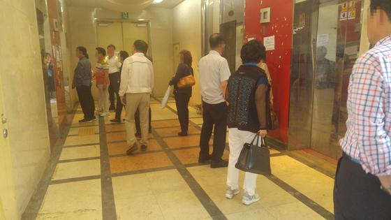 엘리베이터 탑승을 기다리는 모습. [사진 정하임]