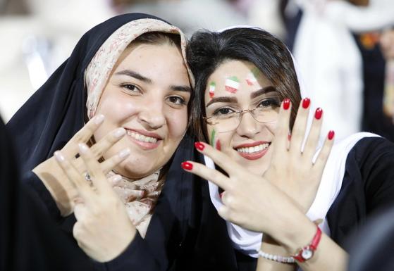 21일 이란 테헤란 아자디 스타디움에서 응원 행사에 나선 이란 여성들. [EPA=연합뉴스]