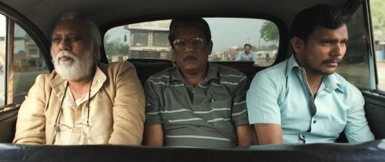 아버지 다야(왼쪽)와 아들 라지브(가운데)가 바라나시로 떠나고 있다. [사진 마노엔터테인먼트 제공]