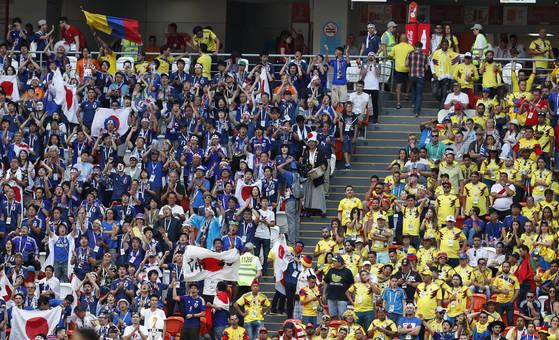 콜롬비아전에서 응원하고 있는 일본 축구팬들(왼쪽). [AP=연합뉴스]