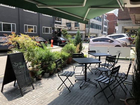 야외에는 총 3개의 테이블이 마련돼 있다.