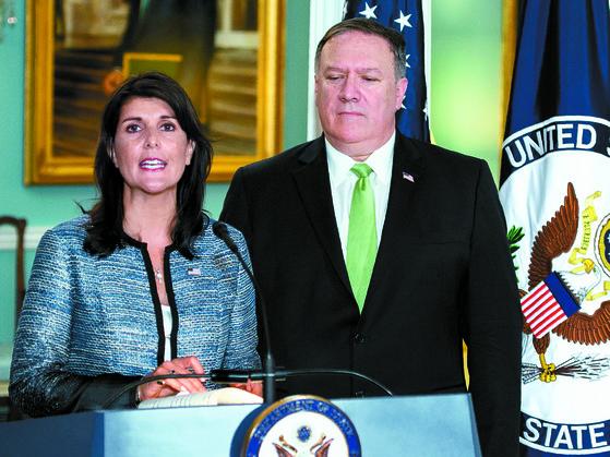 니키 헤일리 유엔 주재 미국대사가 19일(현지시간) 워싱턴 국무부 청사에서 열린 기자회견에서 미국의 유엔인권이사회(UNHRC) 탈퇴를 선언하고 있다. 오른쪽은 마이크 폼페이오 국무장관. [AFP=연합뉴스]