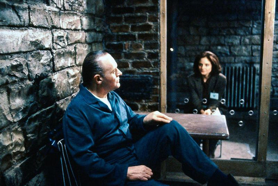 영화 '양들의 침묵'(1991)에서 FBI 프로파일러 클라리스 스털링(조디 포스터ㆍ오른쪽)이 연쇄살인범 한니발 렉터(앤서니 홉킨스) 박사를 심문하고 있다. [중앙포토]