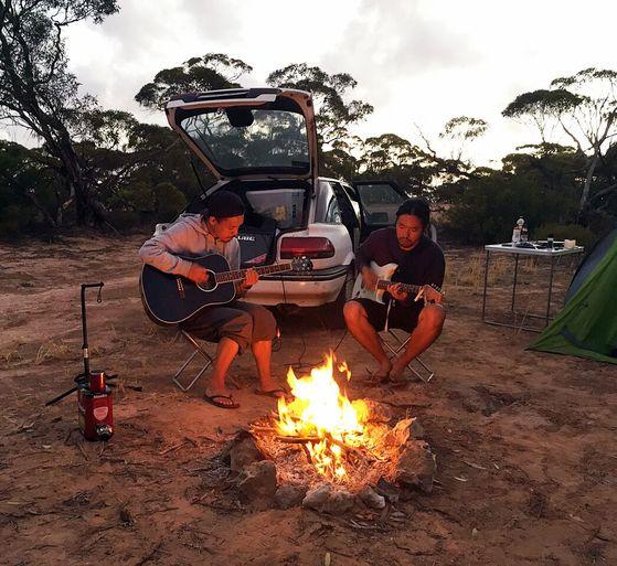 음악 프로듀서이자 DJ 퍼포머 에이칸(왼쪽)은 호주와 태국 여행 중 버스킹 공연을 즐겼다. [사진 에이칸]