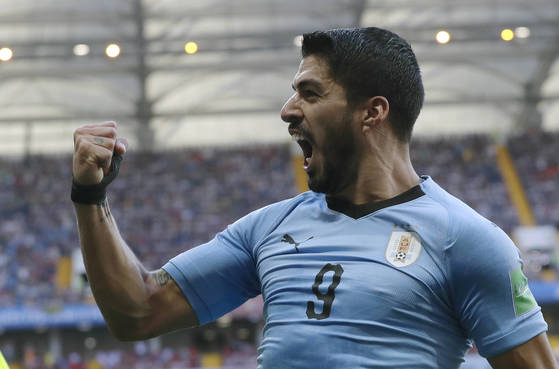 우루과이 공격수 수아레스가 자신의 A매치 100경기에서 자축포를 터트린 뒤 기뻐하고 있다. [AP=연합뉴스]