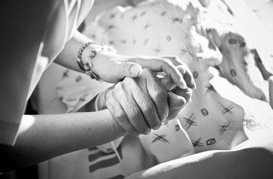 호주의 호스피스 간호사가 임종 환자를 대상으로 설문한 결과 남이 원하는 삶을 살았던 것, 일만 너무 열심히 했던 것, 감정 표현이 솔직하지 못했던 것에 후회를 했다. [중앙포토]