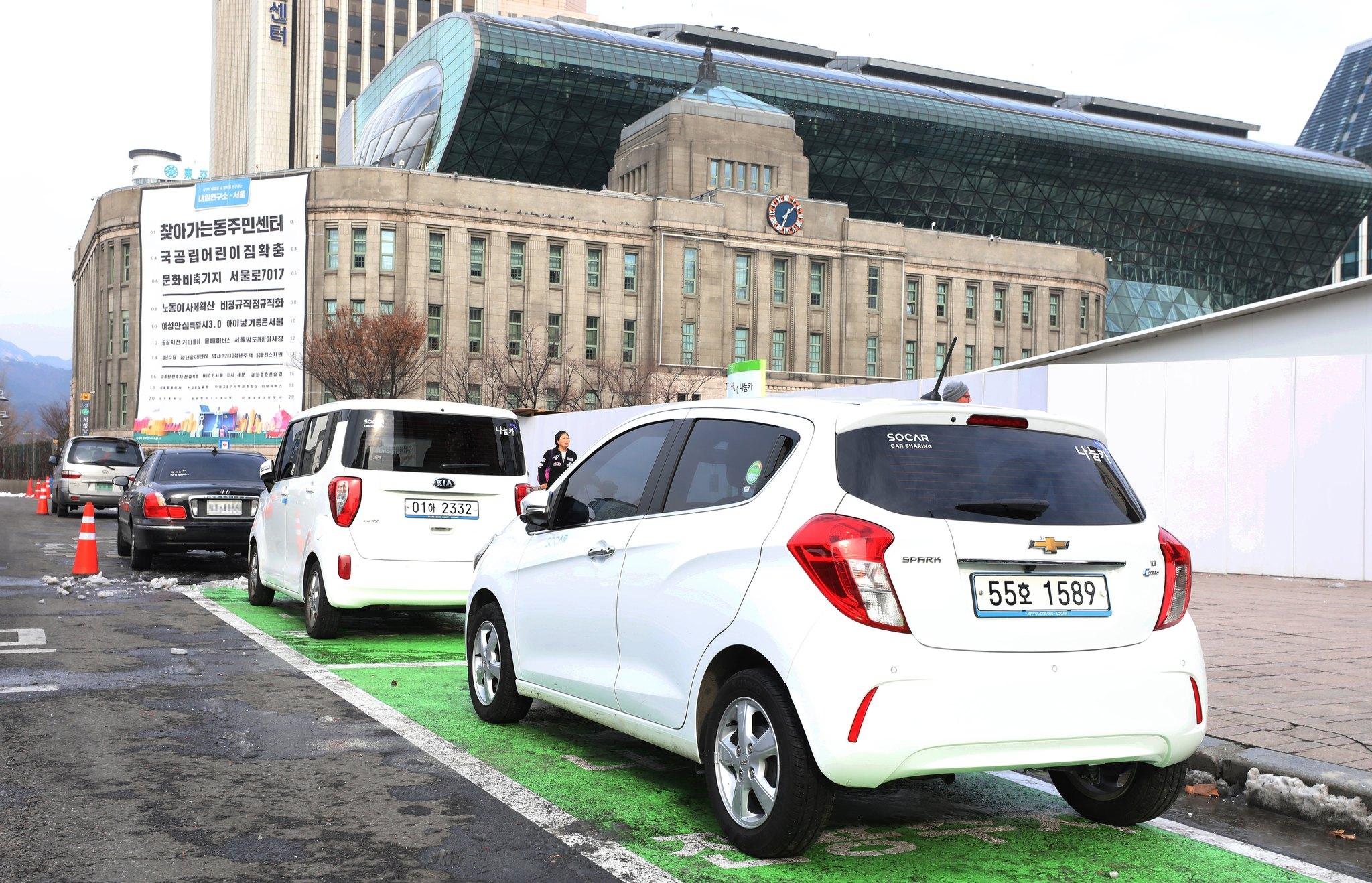 하루 평균 6200여 명이 이용하는 서울시 공공 카쉐어링 '나눔카'의 주차장. 서울시는 지난해 12월 나눔카의 접근성과 편의성을 높이기 위해 도심 도로에 전용 주차장을 늘렸다. 쏘카와 그린카 등 민간 카쉐어링 업체들은 서울시ㆍ세종시 등에서 공공 카쉐어링 서비스 운영사업자로 참여하고 있다. [뉴시스]