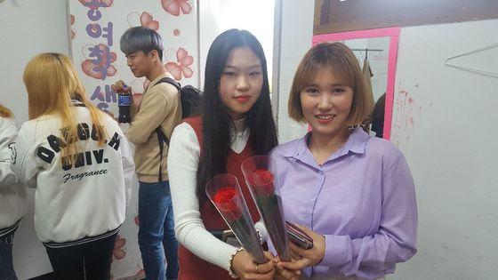 대구한의대 학생들은 성년의 날을 맞아 장미꽃을 선물로 받았다. [사진 송의호]