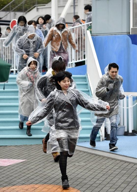 지난 1월 도쿄도내에서 처음으로 이뤄진 북한미사일 대피 훈련에서 시민들이 이동하고 있다. [EPA=연합뉴스]