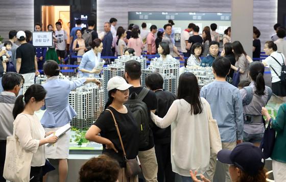 특별공급 청약자격 완화 등으로 새 아파트 분양 현장에 30대가 많이 늘었다. 사진은 서울 강동구 상일동 고덕자이 견본주택.