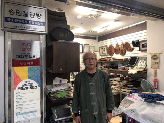 국제시장에서 나전칠기를 전통방식으로 만드는 강정원 장인(69). [사진 이정은]