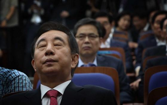 자유한국당이 21일 오전 국회에서 의원총회를 열고 당 쇄신안을 논의했다.김성태 권한 대행이 굳은 표정으로 앉아있다. 오종택 기자.