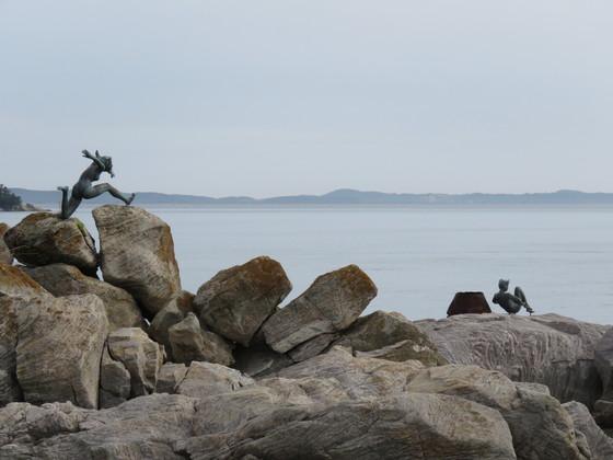 시도와 모도를 잇는 연도교 옆 바위섬에 설치된 조각. 원래 3개였으나 태풍에 하나가 멸실됐다. [사진 김순근]