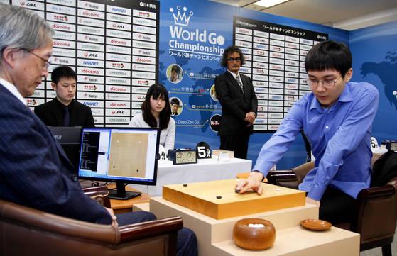 월드바둑챔피언십에서 '딥젠고'와 대국하고 있는 박정환 9단(오른쪽). 그는 국내랭킹 1위임에도 불구하고 사활 책을 가지고 다니는 것으로 유명하다. [사진 한국기원]