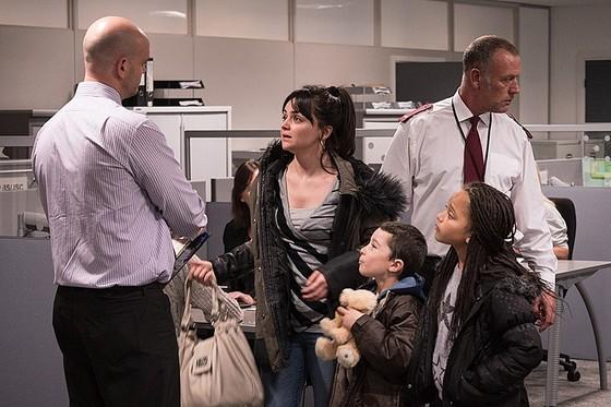 영화 '나, 다니엘 블레이크'에서 케이티 역을 맡은 헤일리 스콰이어. 케이티 가족은 생계 수당을 위해 센터를 찾았지만 상담 시간에 늦었다는 이유로 기회조차 얻지 못한다.