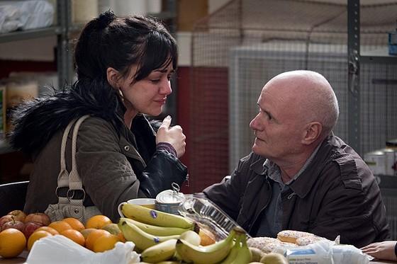 케이티가 식료품 지원소에서 배고픔을 이기지 못하고 파스타 소스를 마신 후 자괴감에 울음을 터트리는 장면.