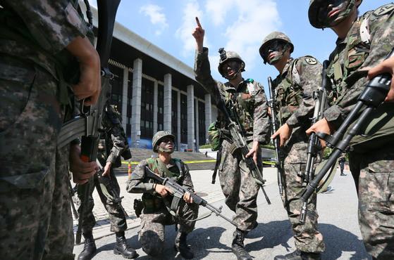 지난 2013년 한미 연합군 8만여명이 참여하는 군사훈련 을지프리덤가디언(UFG) 훈련에서 서울 여의도 KBS에서 테러범들을 잡기위해 출동했다. [사진 중앙포토]